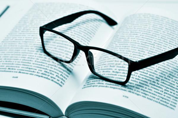 kitap gözlük göz
