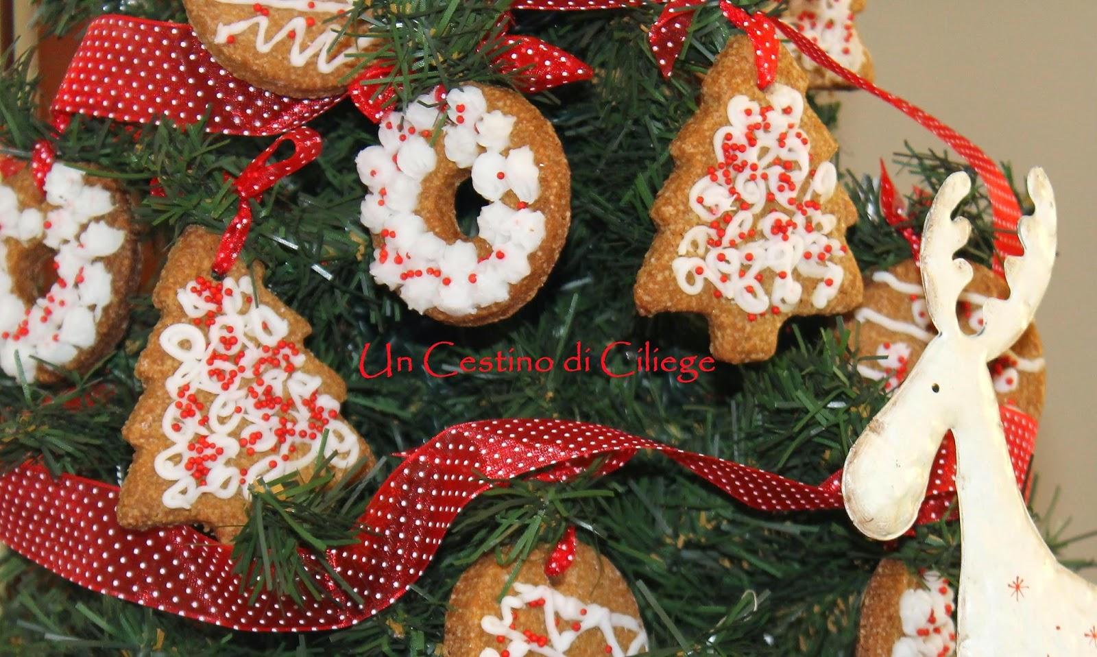 Albero Di Natale Addobbato Con Biscotti.Un Cestino Di Ciliege Biscotti Speziati Da Appendere All Albero Di Natale