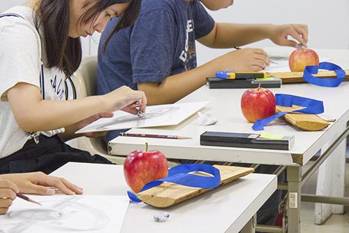 横浜美術学院の中学生教室 美術クラブ 「夏休み美術教室。」デッサン課題の制作風景