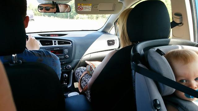 Isoveljeni, äitini ja Epen kanssa autossa