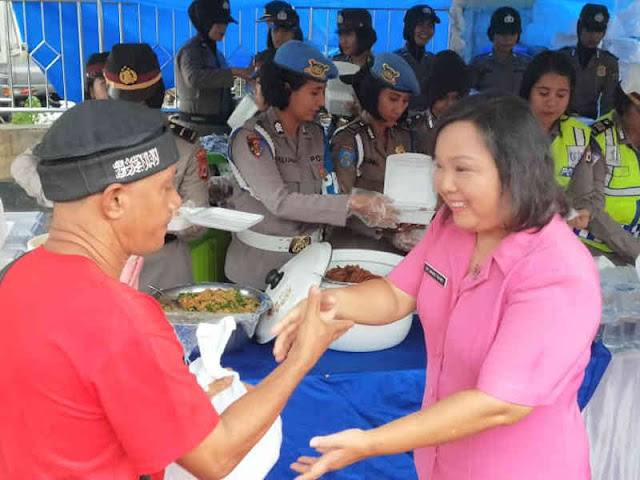 Royke Lumowa Bagikan Makanan Berbuka Puasa di Masjid Raya Alfatah Ambon