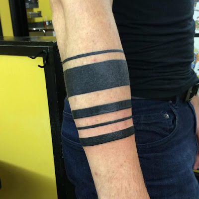 Vemos un antebrazo de hombre tatuado con un brazalete tribal