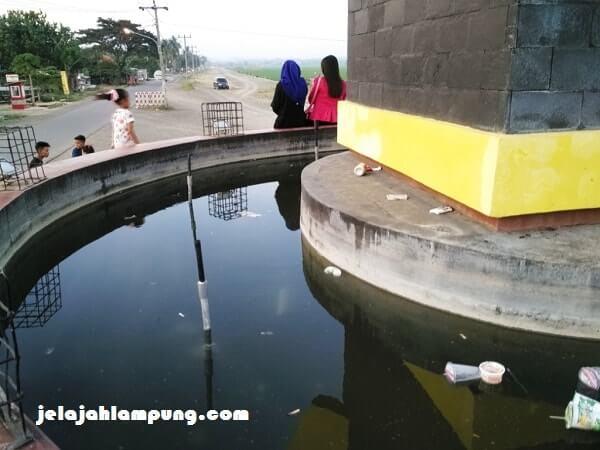 kolam ikan tugu bambu angkat barbel
