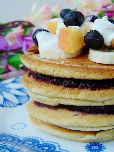 Jaglane pancakes z powidłami z czarnej porzeczki i jabłek