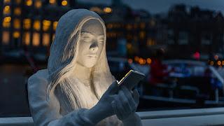 Ένα νέο έργο τέχνης στο Άμστερνταμ συγκλονίζει τους περαστικούς με την αλήθεια του