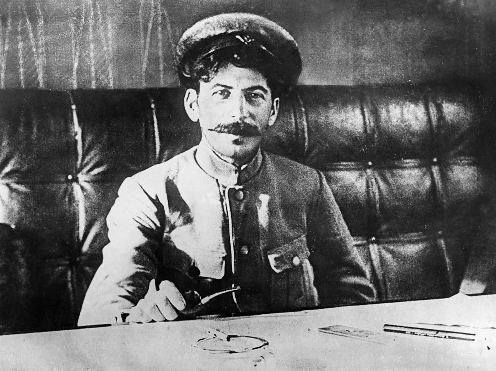 Stalin no luchó durante la Primera Guerra Mundial. Cuando era niño, había sido golpeado en dos ocasiones por carros tirados por caballos, causando un daño permanente en su brazo izquierdo y eximiéndolo del frente. 1918.