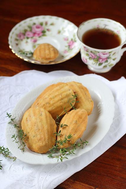 Madeleines con pancetta, feta e timo