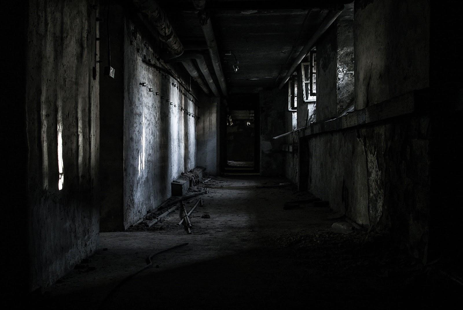 暗くて不気味な家の中