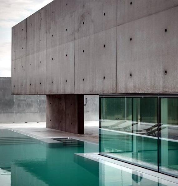 rumah minimalis dinding beton panel dan kolam renang