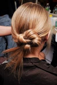Ein schöner verdrehter Knoten für eine Frisur in einer Hochzeit. Es dauert nicht lange, sich zu bewerben.