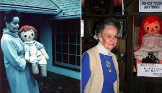 2 photos de Lorraine Warren avec la véritable poupée, l'une prise dans les années 70, l'autre de nos jours