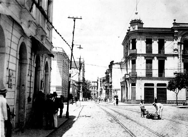 Avenida Jerônimo Monteiro antes do alargamento. Anos 1920. Acervo Dalton Lordello de Carvalho.