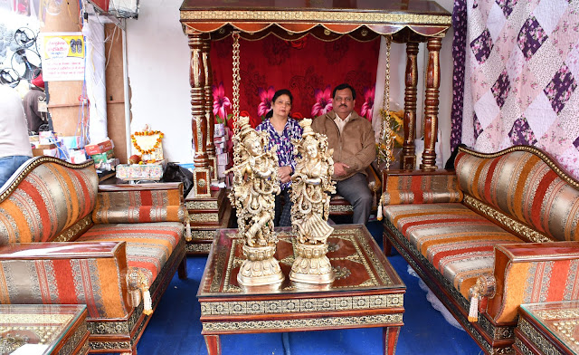 The fair is today on the last day, with the brass's golden carving sofa set from the house, the royal style of the house
