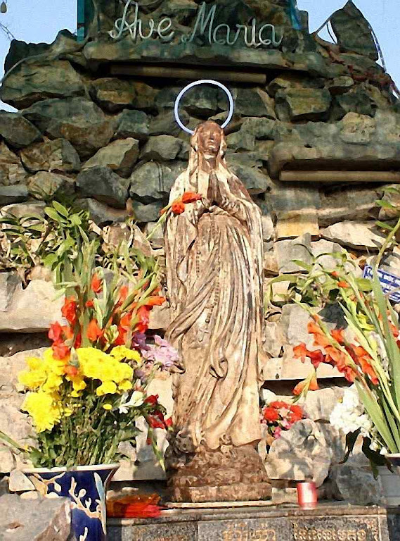 Nossa Senhora do Mekong: imagem de Nossa Senhora de Lourdes recuperada milagrosamente do rio Mekong no Camboja.