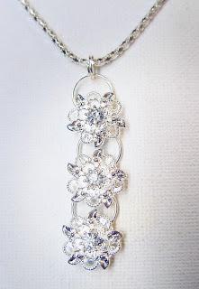 Halsbandshänge i silver med strass. Jag gjorde matchande örhängen och en  ring också. 8e399dd87ea3c