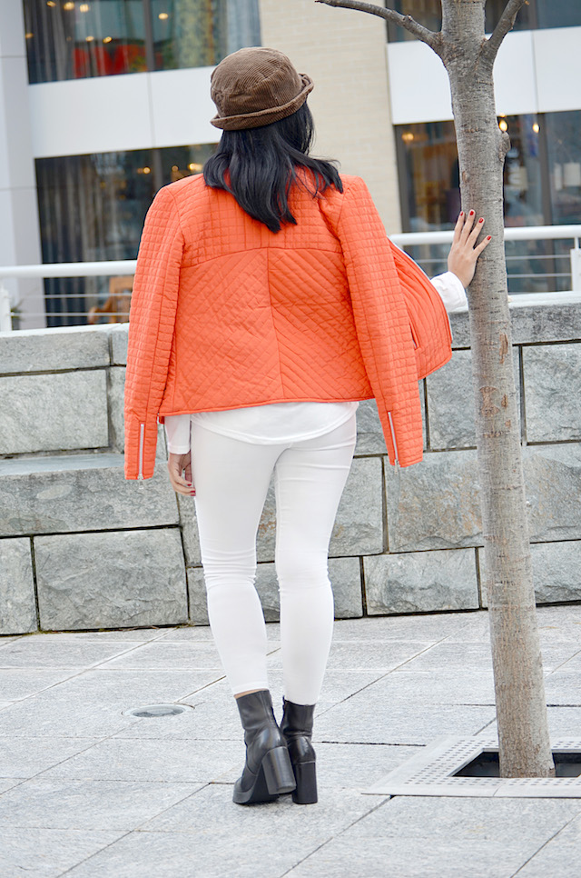 Orange Is The New Black-MariEstilo-Look of the day-Fashion Blogger- Moda El Salvador- Latina Blogger-Pantalones blancos-Bomber Jacket