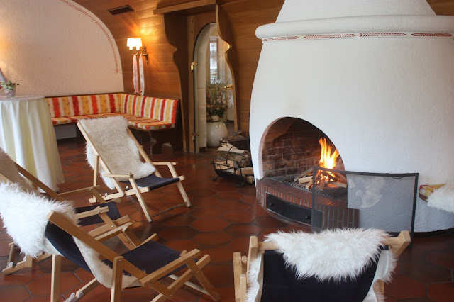 Liegestühle am Kamin, Hochzeitsmotto aus M wird M, Pastell und Vintage im Riessersee Hotel Garmisch-Partenkirchen, Bayern