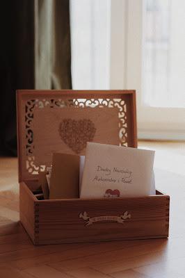 Przepiękna drewniana skrzynka ręcznie zdobiona na koperty z życzeniami ślubnymi.