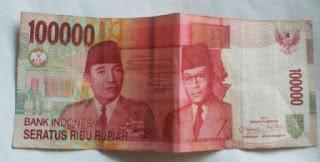 melipat uang kertas 100 ribuan