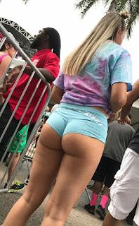 rubia nalgona micro shorts