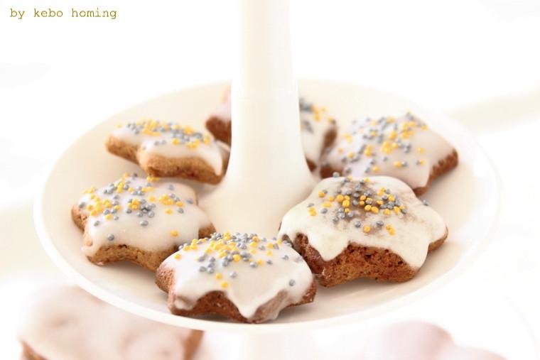 Duftende Lebkuchen mit Zuckerglasur, Lebkuchenmännchen mit Rosinen und Mandeln verziert, Backen mit Kindern auf dem Südtiroler Food- und Lifestyleblog kebo homing, Foodstyling und Fotografie