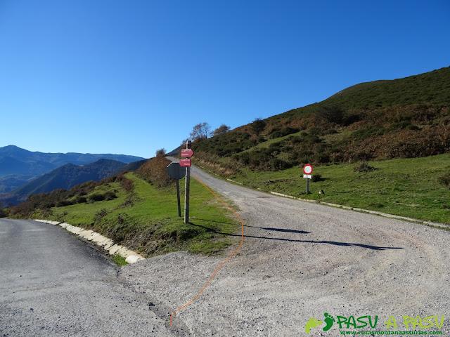 Desvío de la carretera de Villamayor hacia Peña Cruzada.