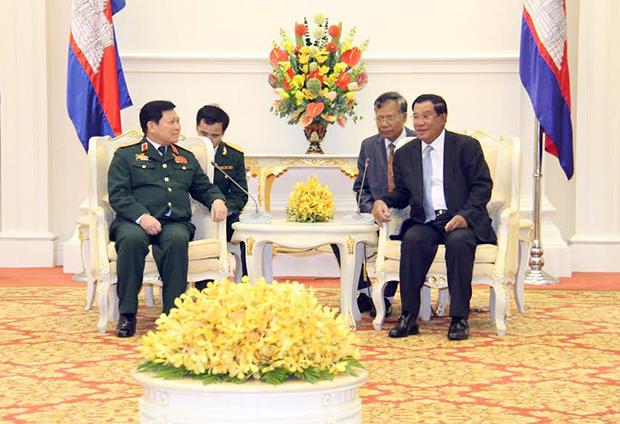 Le Premier ministre Samdech Akka Moha Sena Padei Techo Hun Sèn ( à droite) avec Ngo Xuan Lich, ministre de la Défense nationale du Vietnam, en visite au Cambodge, avant leur entretien au Palais de la Paix, à Phnom Penh