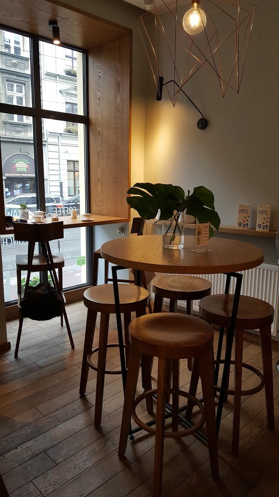 mo-ja cafe kraków starowiślna, minimalistyczne wnętrze kawiarni