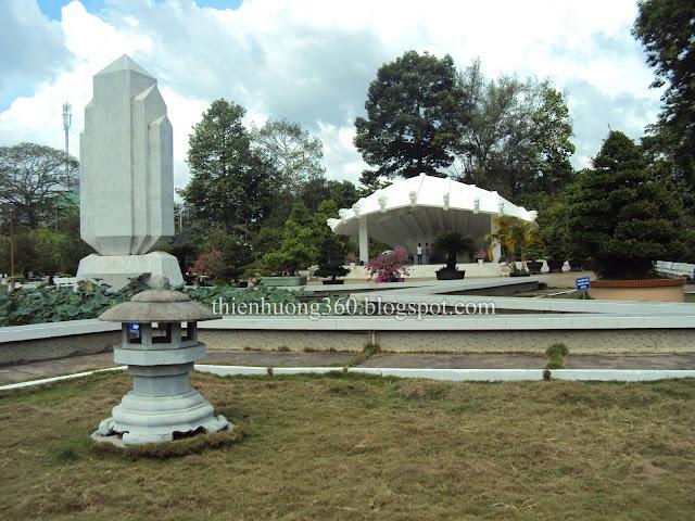 Trên vòm mộ có 9 đầu rồng tượng trưng cho Đồng Bằng Sông Cửu Long