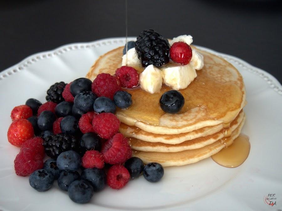 Las tradicionales tortitas para el desayuno en buena parte de Norteamérica, con frutos rojos, queso fresco y sirope de ágave.