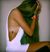 Tatuajes femeninos en las costillas cruz