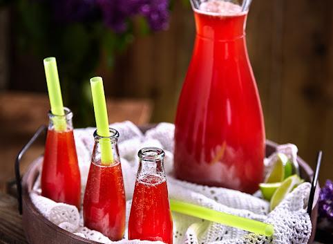 Gazowany napój z rabarbaru i truskawek