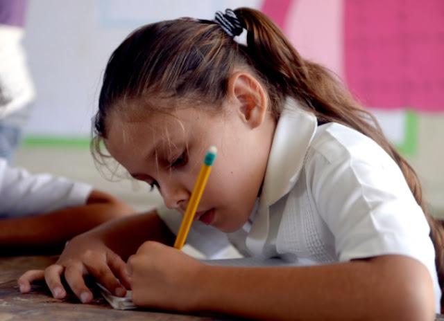 niña haciendo tarea lenguaje