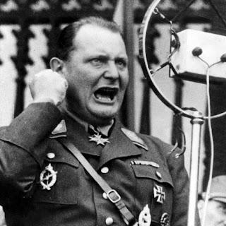Hermann Göring, número dos del régimen, arengando a la población.