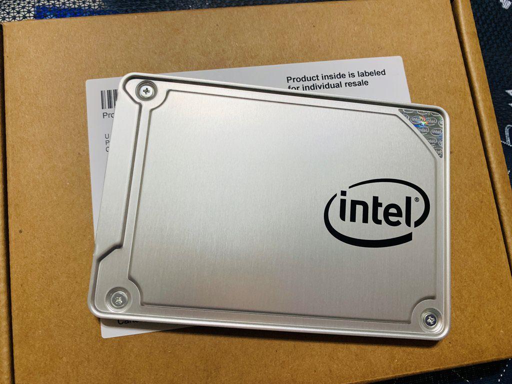 這顆 Intel 535 SSD大約是2016年購買的,具體在哪邊購買的我已經忘記了(這段記憶完全斷片),只記得買的時候好像寫3年保固,今天是2018年10月,應該也還沒過保固,找不到代理商的情況之下,燦坤代送300元,為了省錢,試試看自己送修,畢竟保固內送修所有的費用 Intel 都會吸收,一方面累積一個經驗!
