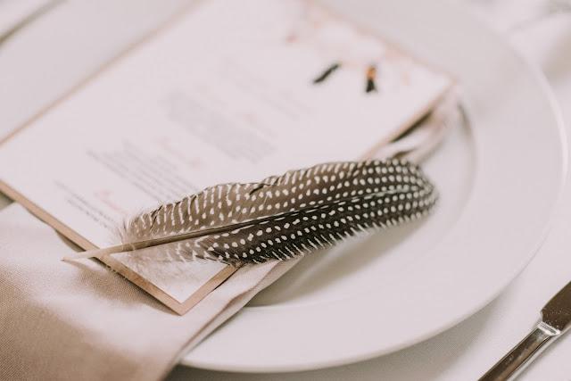 Piórka jako motyw ozdobny na ślubie w stylu etno.