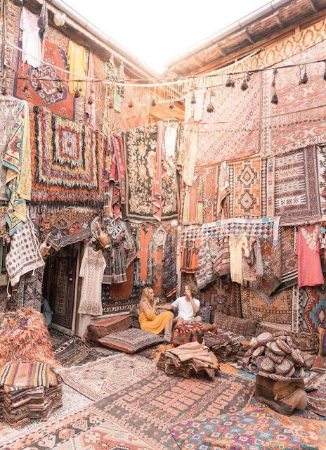 Đến thị trấn Goreme thuộc vùng Cappadocia, bạn sẽ choáng ngợp với những cửa hàng bán thảm được dệt thủ công cùng những món đồ mỹ nghệ tuyệt đẹp khác. Những chiếc thảm, khăn tay, vỏ gối… được bày bán ở đây đầy ắp những tông màu ấm áp với những họa tiết mang nét đặc trưng của Thổ Nhĩ Kỳ.