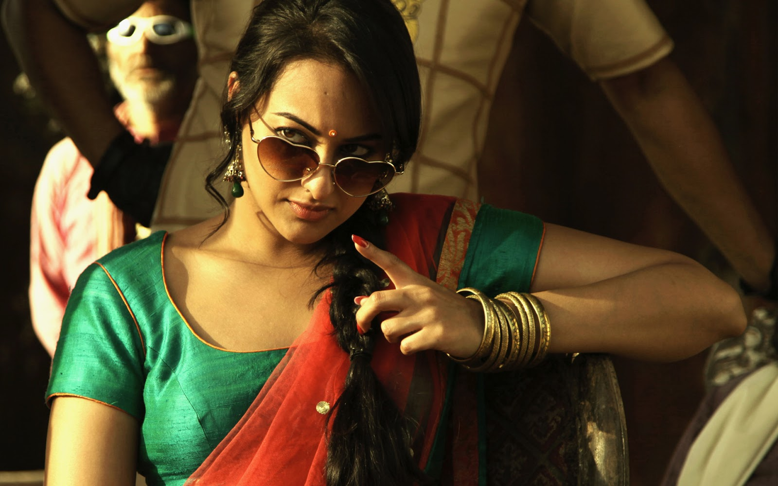 Sonakshi Sinha Hd Wallpapers: Ravishment: Sonakshi Sinha Bollywood Actress HD Wallpapers