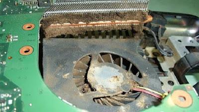 Debu didalam laptop dalam jumlah yang cukup banyak dapat menyebabkan kinerja sistem pendingin tidak optimal, karena biasanya debu akan menutupi celah-celah kecil yang biasanya akan dilewati udara dingin untuk menyerap panas. Untuk itu bersihkan laptop tiap jeda tertentu untuk memastikan laptop bersih dari debu.
