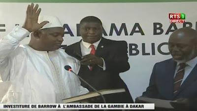 Adama Barrow, lors de sa prestation de serment au sein  de l'ambassade de Gambie au Sénégal