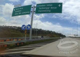 kiri = keluar via Kota Baru, lurus = Bandara Raden Inten II