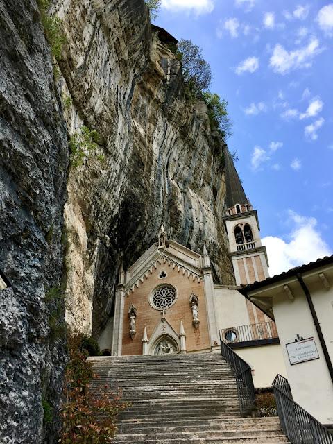 Santuario Madonna della Corona - svatyně na skále