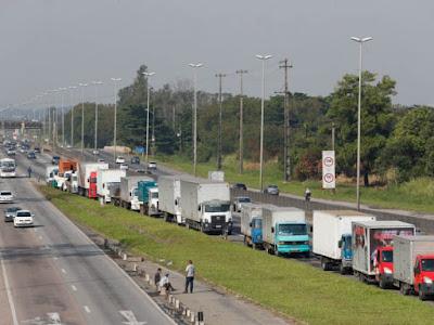 Caminhões parado em BR na greve de 2018