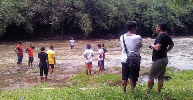 AGEN BOLA - Polisi Bantu Bocah SD Seberangi Sungai di Gorontalo