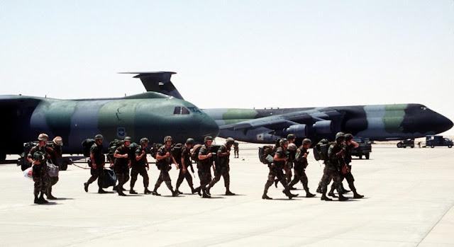 Αμερικανικά στρατεύματα αποβιβάζονται από ένα C-141 Starlifter