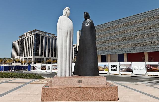 Памятник арабской женщине и мужчине