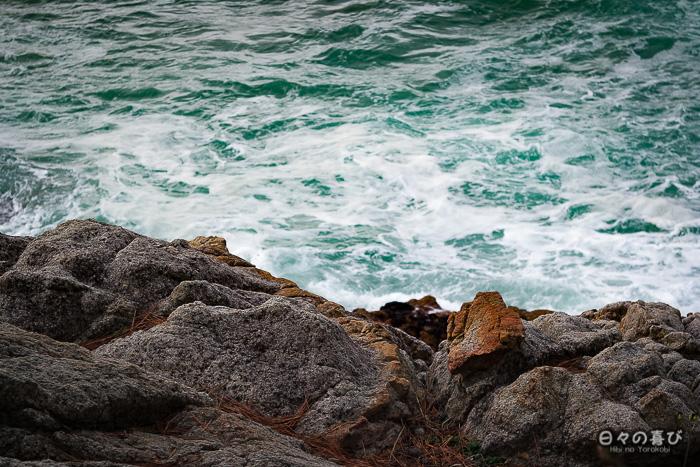 rochers battus par les vagues zoom