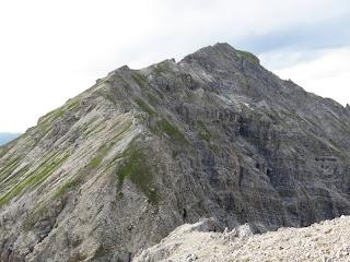 Der Gratverlauf zur Kreuzspitze; die Schlüsselstelle befindet sich kurz vor der Scharte im Vordergrund