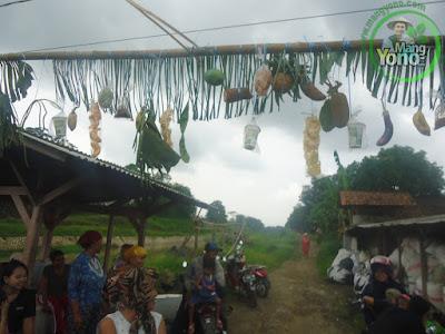Warga Dusun Gardu ibu - ibu, eteh - eteh dan anak - anak siap - siap dibawah gantungan hasil bumi...