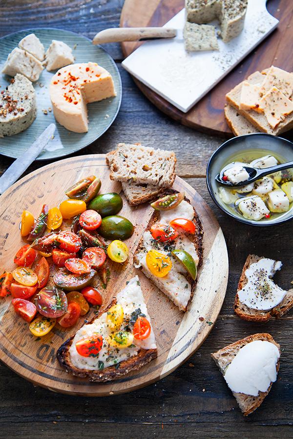 Tartines, tomates et fromage vegan